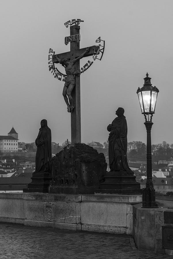 Socha ukřižovaného Ježíše na Karlově mostě