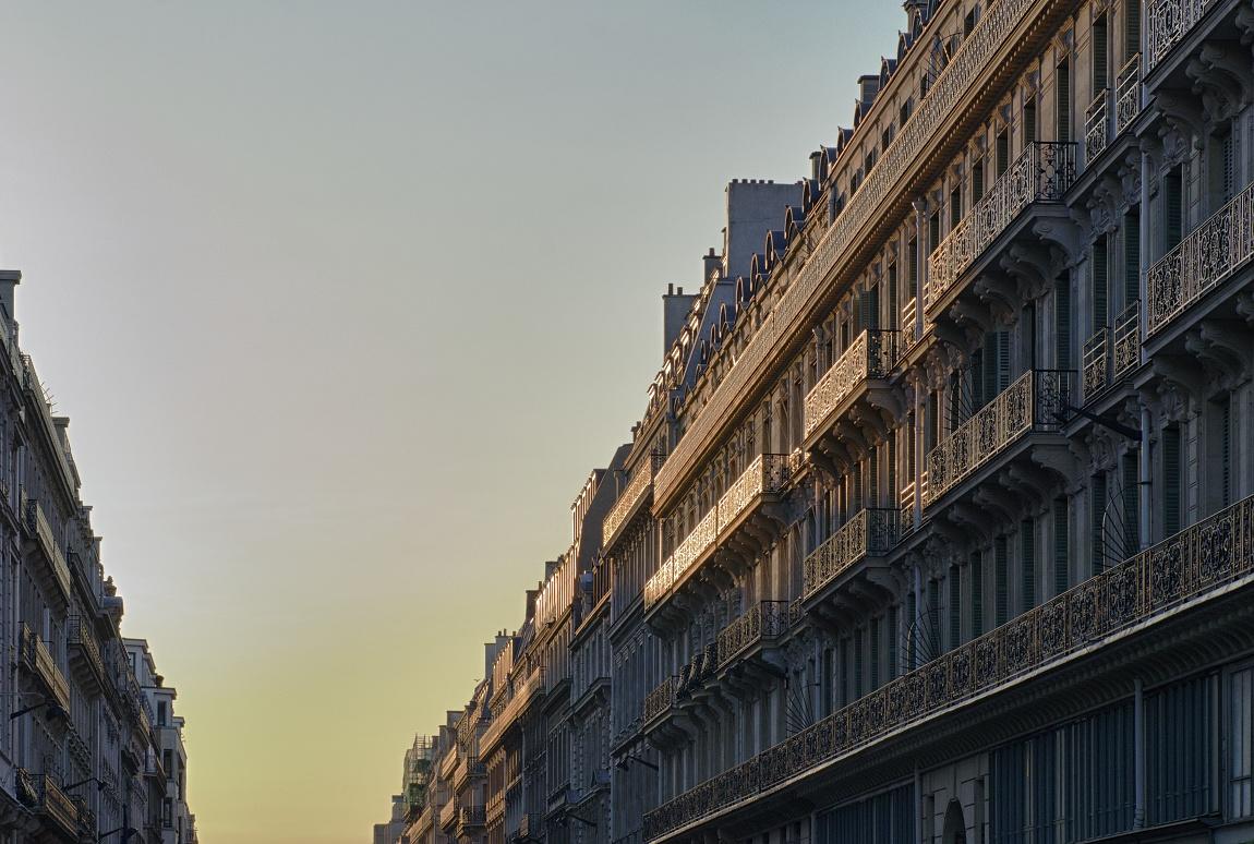 Průčelí domů v ulicích Paříže v ranním slunci